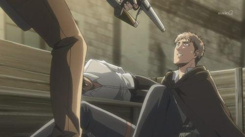 銃を向けられる