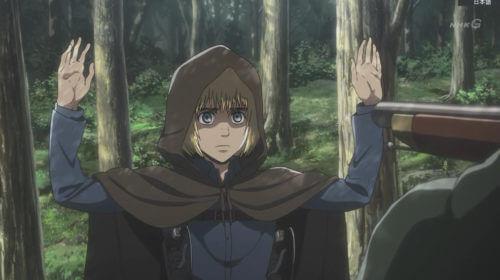 両手を挙げるアルミン