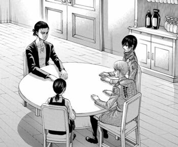 テーブルに着席する4人